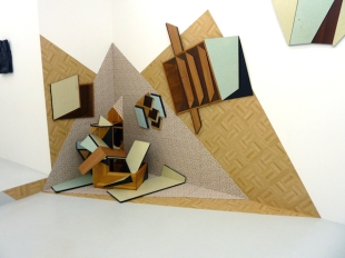Vue de l'exposition de Cécile Chaput, Flexions/Extensions, 2015 at Under Construction Gallery (Installation : The Split corner, meubles Formica, linoleum, papier-peint, bois, chaise, table, installation in situ, 325 x 195 x 125 cm)