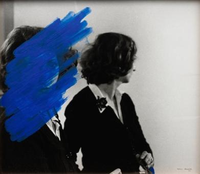 © Pintura habitada [Peinture habitée], 1975, Helena Almeida, Acrylique sur photographie, 46 x 50 cm. Collection Fundação de Serralves – Museu de Arte Contemporânea, Porto. Foto Filipe Braga. © Fundação de Serralves, Porto