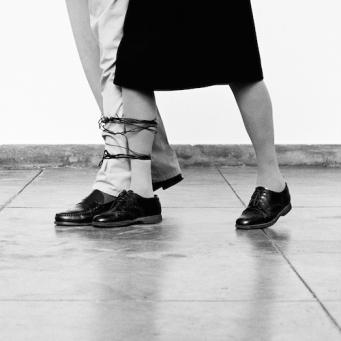 © Sem titulo (Sans titre), 2010, Helena Almeida, Photographie noir et blanc, 125 x 135 cm. © Fundação de Serralves – Museu de Arte Contemporânea, Porto. Courtesy Galerie Filomena Soares, Lisbonne
