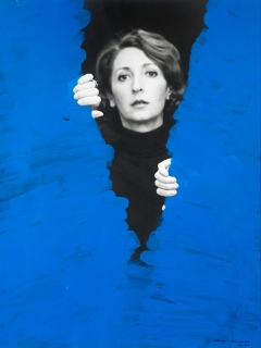 © Pintura habitada [Peinture habitée], 1976, Helena Almeida, Photographie noir et blanc, acrylique, 40 x 30 cm. Coll. Fernando d'Almeida