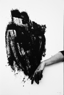 © Saída negra [Sortie noire], 1995, Helena Almeida, Photographie noir et blanc (5 éléments), 71 × 48 cm (chaque) Coll. Norlinda and José Lima, long-term loan to Núcleo de Arte da Oliva Creative Factory, S. João da Madeira. Photo Aníbal Lemos, courtesy Núcleo de Arte da Oliva Creative Factory, S. João da Madeira