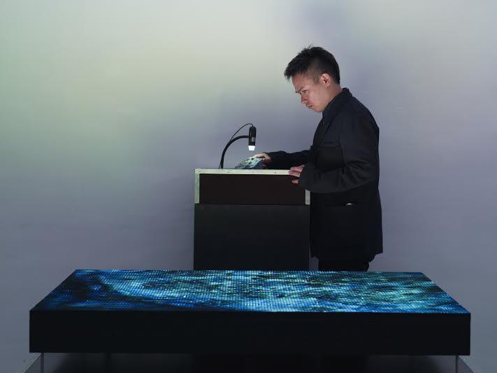 © Atsunobu Kohira, Outretemps, 2013, panneau LED 144 x 144 cm, lapis lazuli et technique mixte